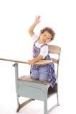 Kind, das Hand im Schreibtisch getrennt anhebt stockfotos