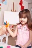 Kind, das Handdrucke bildet. Stockbild