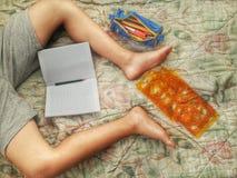 Kind, das Hausarbeit macht Stockfoto