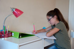 Kind, das Hausarbeit tut Stockbild