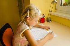 Kind, das Heimarbeit tut Lizenzfreies Stockfoto