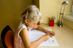 Kind, das Heimarbeit tut Stockfotografie