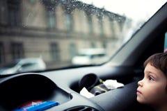 Kind, das heraus Fenster schaut Lizenzfreies Stockfoto