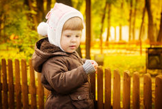 Kind, das in Herbstpark geht Lizenzfreies Stockfoto