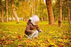 Kind, das in Herbstpark geht Lizenzfreie Stockfotos