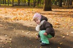 Kind, das in Herbstpark geht Lizenzfreies Stockbild