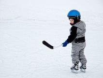 Kind, das Hockey spielt Stockfotografie