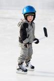Kind, das Hockey spielt Stockfoto