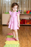 Kind, das ihre Füße auf medizinischer Matte massiert Lizenzfreies Stockbild