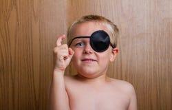Kind, das ihre Fantasie verwendet lizenzfreies stockbild