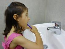Kind, das ihre Zähne putzt. stockfoto