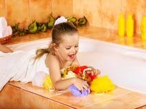 Kind, das im Bad sich wäscht. Lizenzfreie Stockbilder