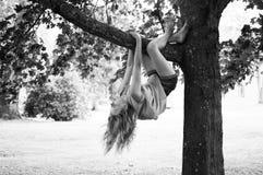 Kind, das im Baum spielt Lizenzfreie Stockfotos
