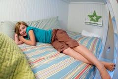 Kind, das im Bett sich entspannt Stockfoto