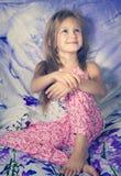 Kind, das im Bett stillsteht Stockfoto