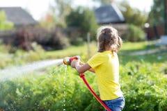 Kind, das im Garten arbeitet Stockfotografie