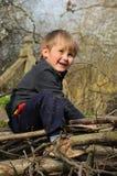 Kind, das im Garten spielt stockbild