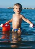 Kind, das im Meer spielt Lizenzfreie Stockfotografie