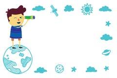 Kind, das im Raum mit Teleskop schaut Stockfotos