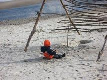 Kind, das im Sand auf dem Strand spielt Stockfoto