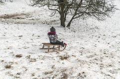 Kind, das im Schnee spielt stockfotos