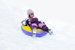 Kind, das im Schnee spielt stockbilder