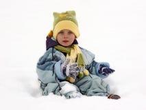 Kind, das im Schnee steht Stockbild