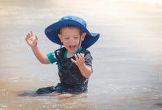 Kind, das im Wasser spielt Stockfotos