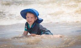 Kind, das im Wasser spielt Lizenzfreie Stockbilder
