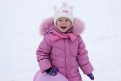 Kind, das im Winter spielt Stockfoto