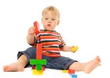 Kind, das intellektuelles Spiel spielt Lizenzfreies Stockbild