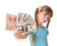 Kind, das internationalen Paß und Geld anhält. Stockfoto