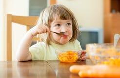 Kind, das Karottensalat isst Stockbild