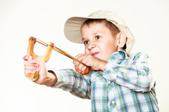 Kind, das Katapult in den Händen hält stockfoto