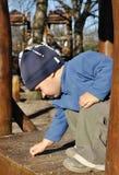 Kind, das kleine Steine auswählt Stockfotos