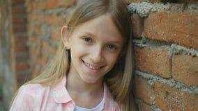 Kind, das lachendes Kind, glückliches Ausdruck-Schulmädchen-Gesicht betrachtend Kamera, lächelt lizenzfreie stockfotos