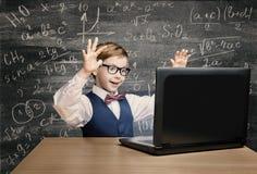 Kind, das Laptop, Kind mit Notizbuch, Little Boy-Formel betrachtet Stockfotos