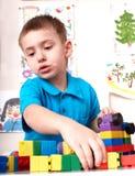 Kind, das lego Block und Aufbauset spielt. Stockfotografie