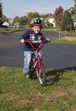 Kind, das lernt, Fahrrad zu reiten Stockbild