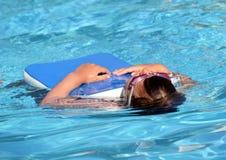 Kind, das lernt zu schwimmen, schwimmende Lektion Lizenzfreie Stockfotografie