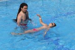 Kind, das lernt zu schwimmen, schwimmende Lektion Lizenzfreie Stockbilder