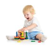 Kind, das logische Bildungsspielwaren mit Interesse spielt Stockfotos
