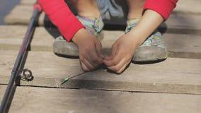 Kind, das Mädchen auf dem See am Pier fischt stock video