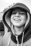 Kind, das merkwürdige Gesichtsausdrücke macht Stockbild