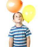 Kind, das mit baloons spielt Stockfotos