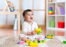Kind, das mit Bausteinen am Kindergarten spielt lizenzfreies stockbild