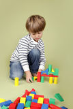 Kind, das mit Blöcken spielt Lizenzfreie Stockfotos