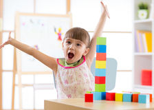 Kind, das mit Blockspielwaren in Kindertagesstätte spielt Stockfotografie