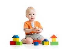 Kind, das mit Blockspielwaren spielt Lizenzfreie Stockfotografie