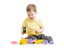 Kind, das mit Blockspielwaren spielt Lizenzfreies Stockbild
